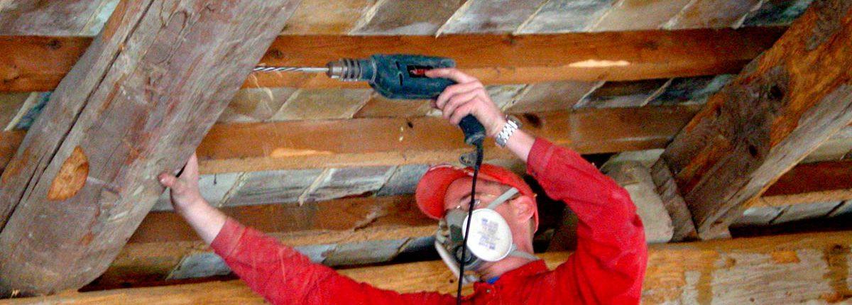 Suivant un schéma précis, les forages (ou puits d'injection) sur les éléments de charpente et couverture sont réalisés dans les pièces de bois, afin de permettre l'injection du produit de préservation dans le cœur du bois.